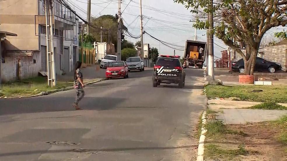 Assassinato aconteceu na Rua Guanabra, bairro Santa Isabel, em Viamão  — Foto: Reprodução/RBS TV