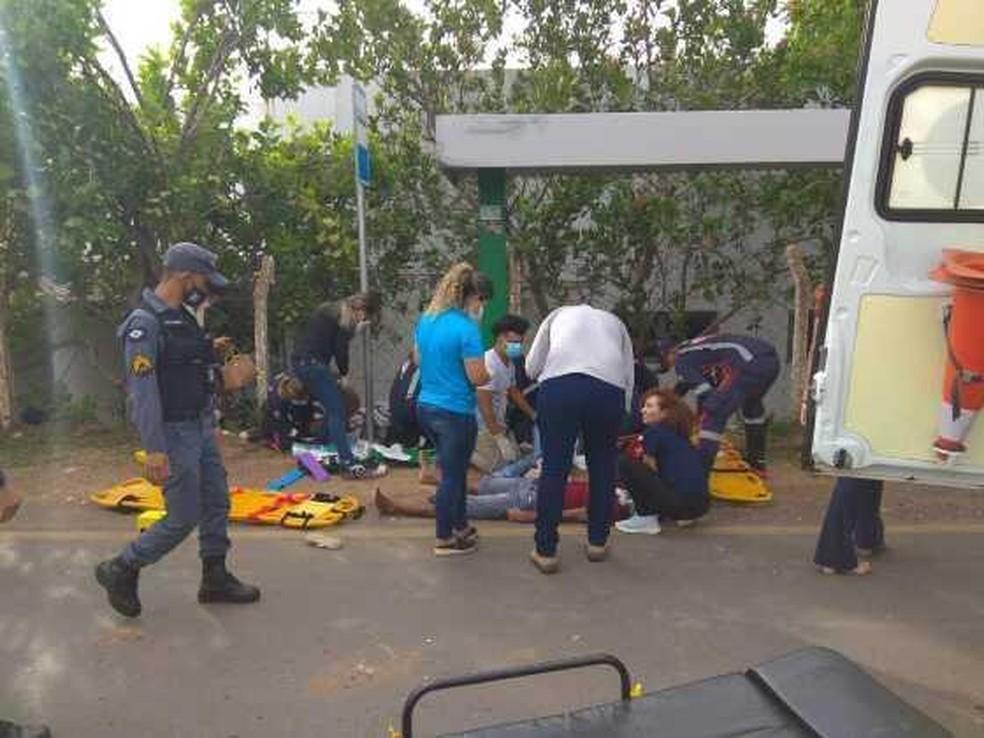 Seis pessoas são atropeladas em ponto de ônibus — Foto: Polícia Militar