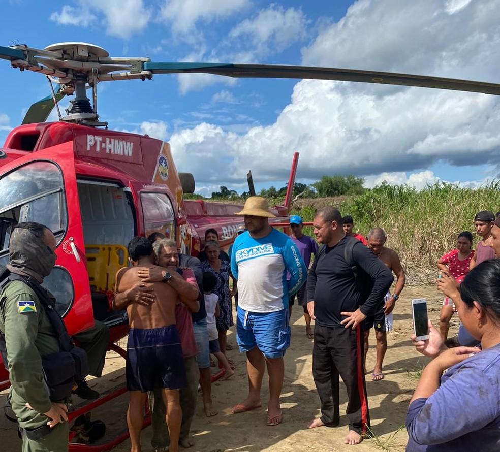 Francisco Mendes Nogueira, de 62 anos, reencontrando família após ser resgatado em RO — Foto: Corpo de Bombeiros/Reprodução