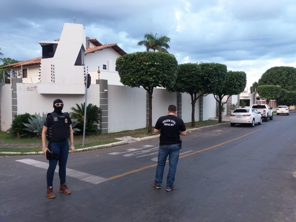 Policiais cumprem mandados na casa de João Arcanjo Ribeiro. — Foto: Ruberlei Siqueira/TVCA