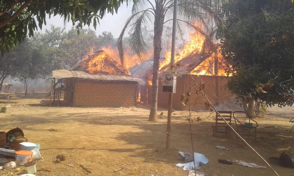 Casa queimada no Território indígena Xerente — Foto: Arquivo Pessoal