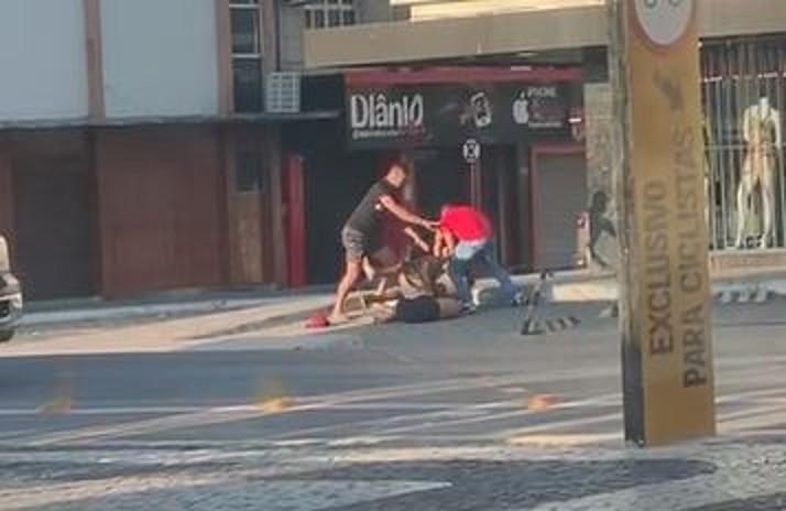 Dupla para carro e bate em homem após suposta agressão a mulher em Quixadá, no Ceará; vídeo
