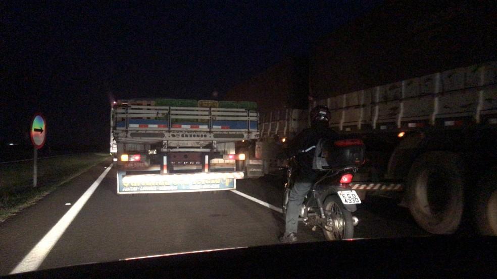 Acidente causou um congestionamento na madrugada desta quinta-feira — Foto: Thais Andrioli/ TV TEM