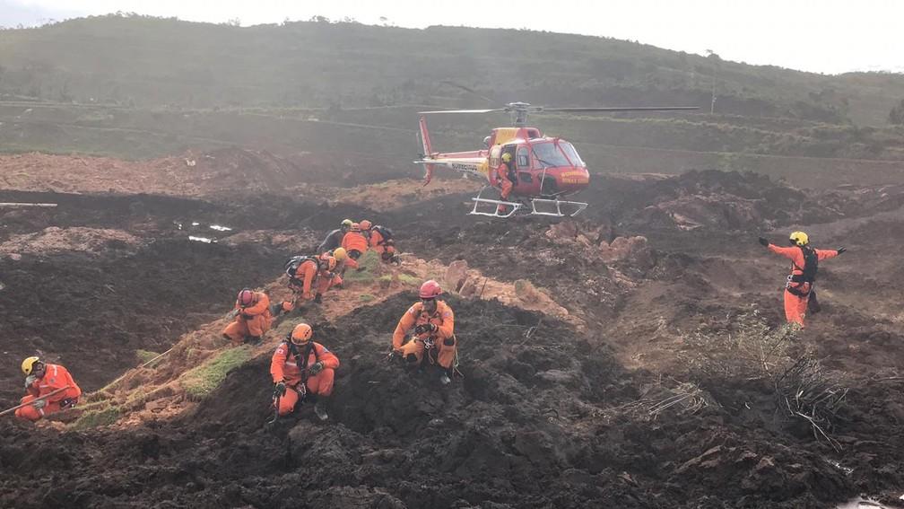 Bombeiros durante o trabalho de resgate a v�?timas da trag�?©dia de Brumadinho no s�?¡bado â�?�? Foto: Divulga�?§�?£o/Bombeiros