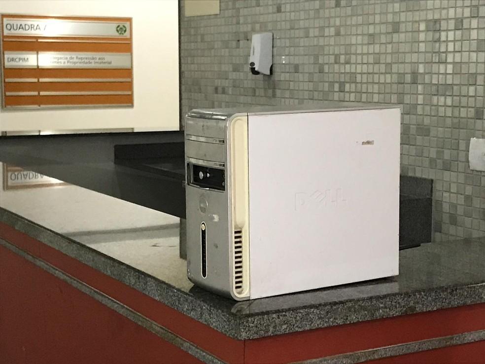 Computador foi apreendido na casa de um suspeito — Foto: Henrique Coelho / G1