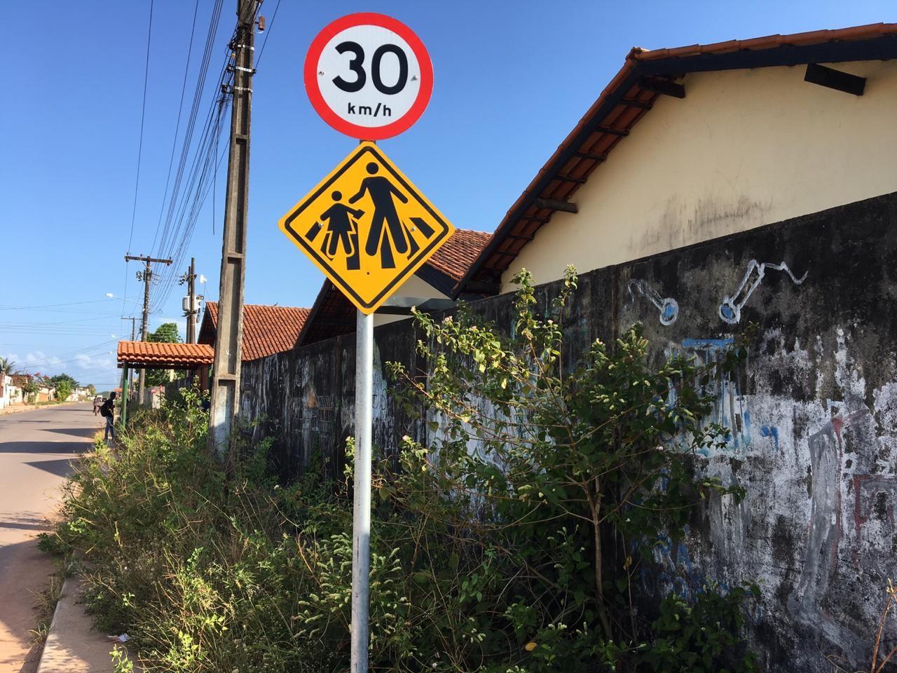 Mato alto no entorno de escola pública prejudica tráfego e causa insegurança em Macapá - Notícias - Plantão Diário