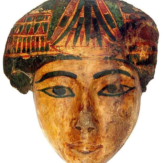 Peça que pertencia ao sarcófago de uma mulher e integra a coleção egípcia do Museu Nacional (Foto: MUSEU NACIONAL via BBC)
