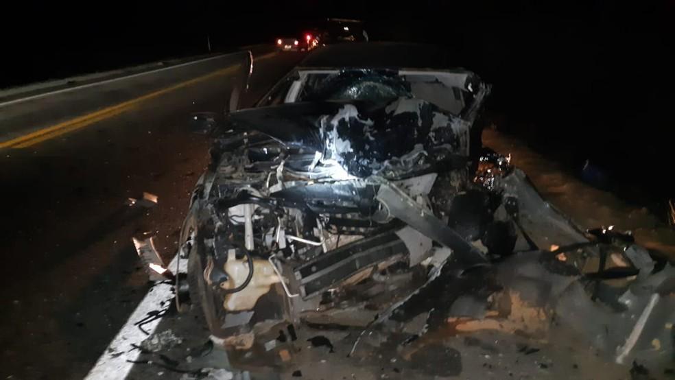 Carros ficaram destruídos após baterem de frente na BR-304 — Foto: PRF