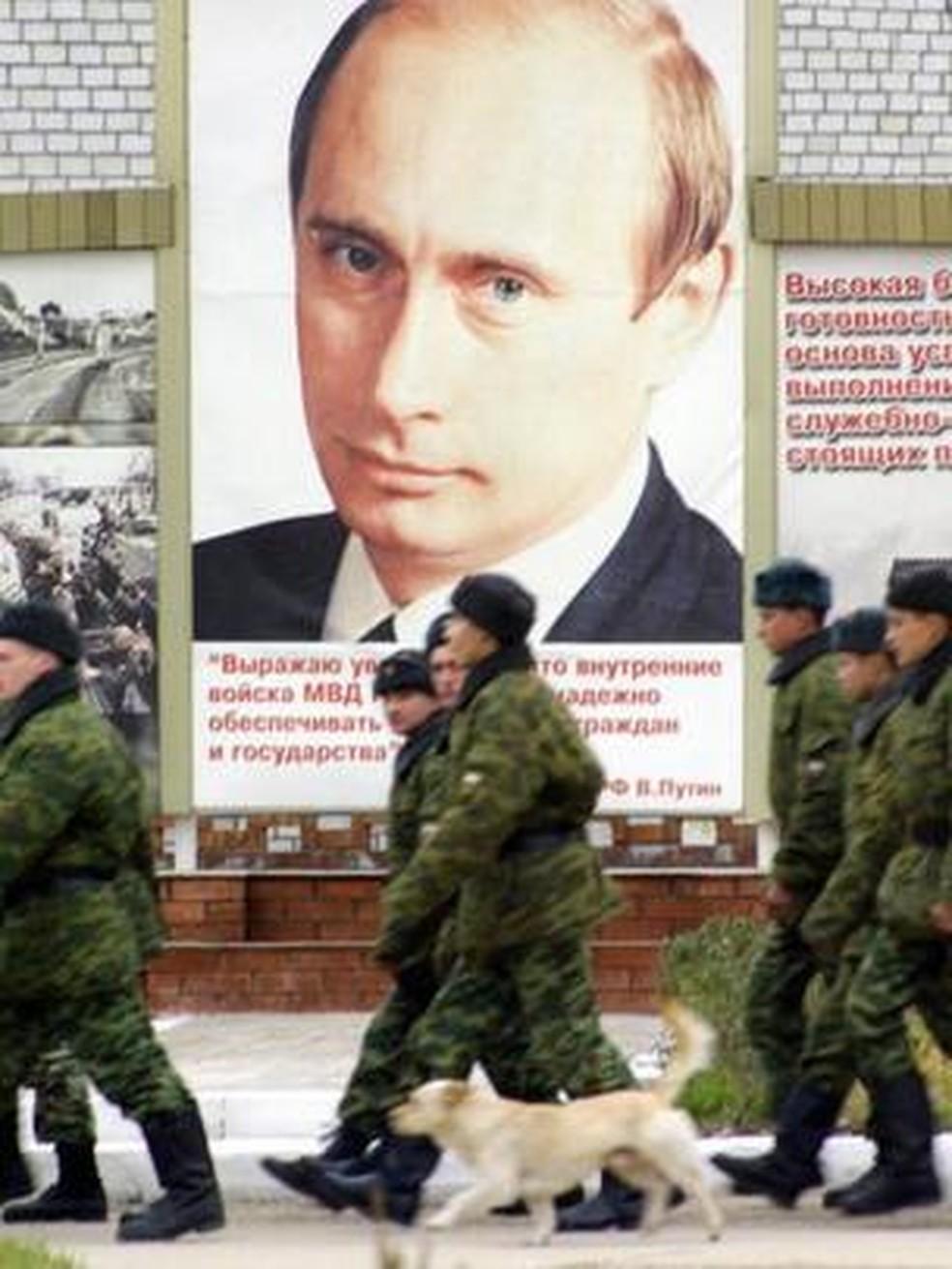 A visibilidade de Putin se estende por toda a Federação Russa - como pode ser visto aqui em uma base do exército russo em Grozny, Chechênia — Foto: Getty Images via BBC