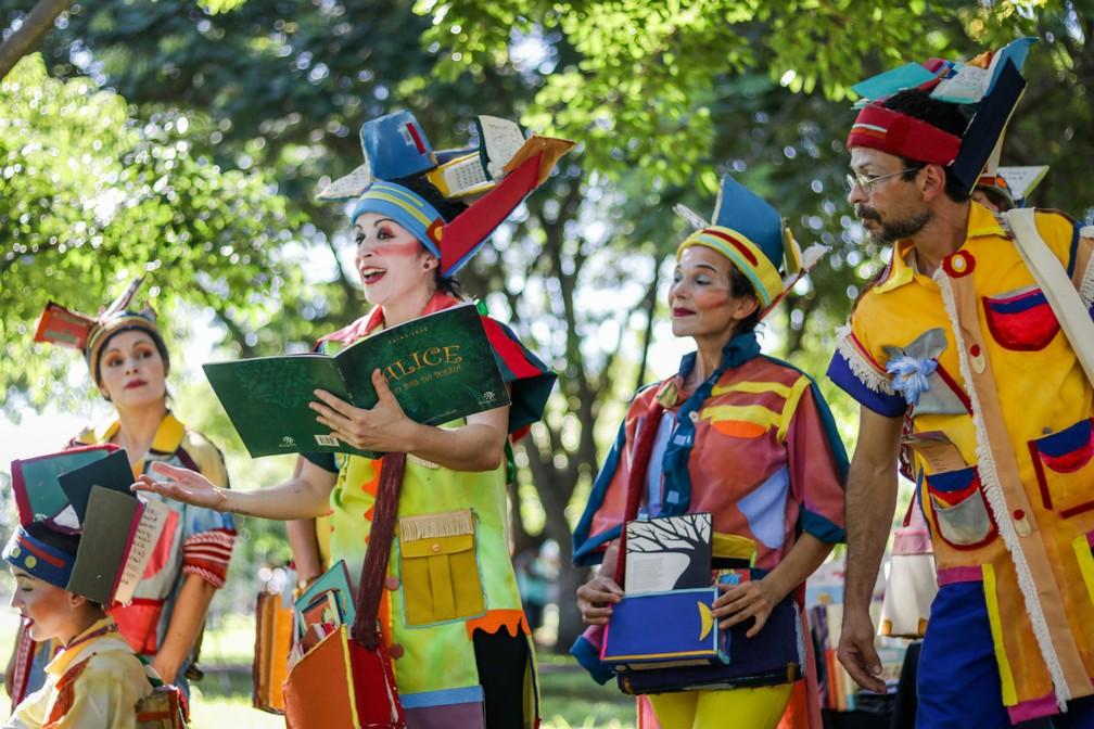 A atividade com o grupo Cabeças de Livro está na programação do primeiro dia do evento, no Bosque da Comunidade — Foto: Liene Saddi/Divulgação