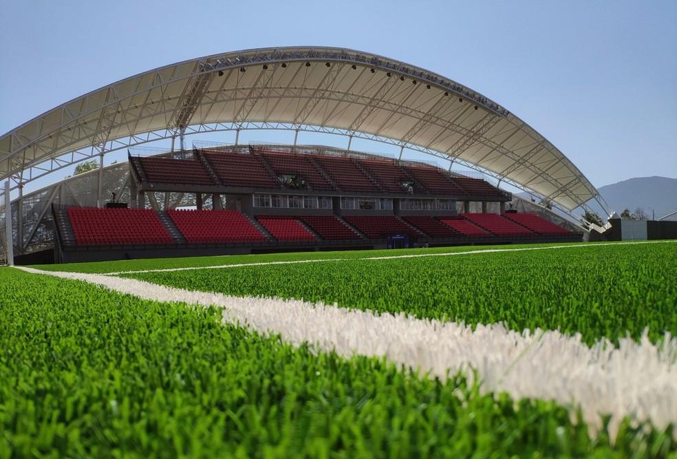 Estádio Nicolás Chachuán Nazar, Unión La Calera, tem grama sintética. Flamengo está implementando no CT — Foto: Mateus Montemezzo/Rádio Oeste Capital