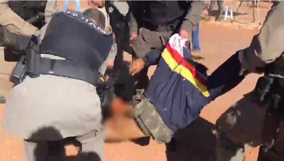Lázaro Barbosa sendo retirado de viatura para ser colocado em ambulância — Foto: Arquivo pessoal