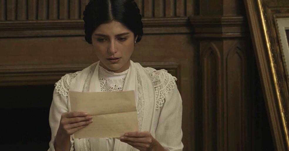 Fani encontra as cartas que Edmundo lhe escreveu no passado  (Foto: TV Globo)