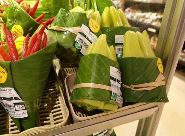 Mercado tailandês vende vegetais embalados em folhas de bananeira (Foto: Facebook/ Reprodução)