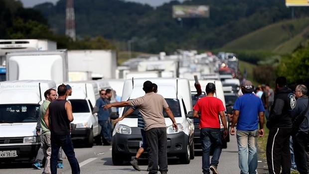 Caminhoneiros fecham estrada em São Paulo (Foto: EFE/Fernando Bizerra Jr.)