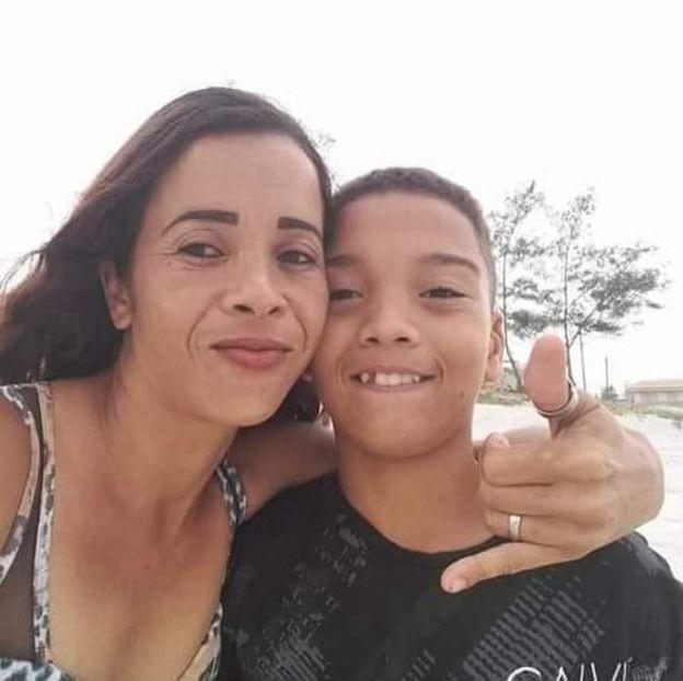 """""""Cuidei do meu filho com muito carinho, aí eles vão lá e matam. Não basta só matar, tem que difamar. Aí falei, 'eles querem briga, vou brigar'"""", diz Bruna (Foto: Arquivo pessoal via BBC News Brasil)"""
