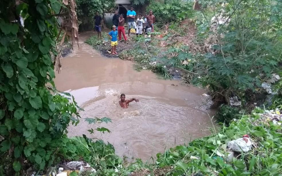 Vizinhos de Vitor pularam na água para ajudar durante buscas do desaparecido, em Salvador — Foto: Ramon Ferraz/TV Bahia
