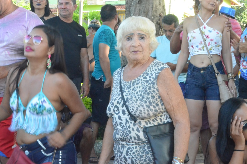 Aposentada Deia Vieira, de 76 anos, curtiu o carnaval do 'cara limpa' em Alter do Chão (Foto: Fábio Cadete/G1)