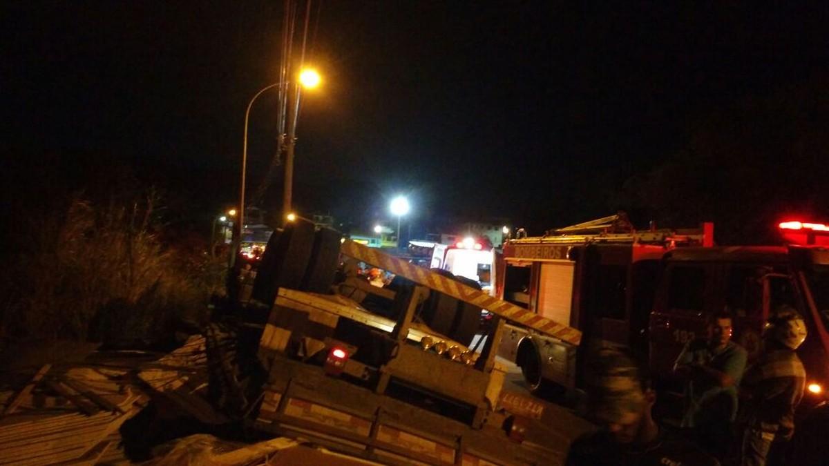 Motorista morre ao tombar com caminhão na Estrada do Guriri, em Cabo Frio, no RJ