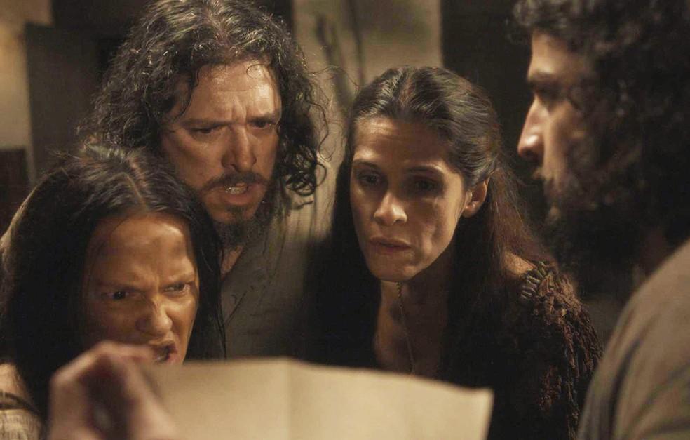 Licurgo (Guilherme Piva), Germana (Vivianne Pasmanter) e Elvira (Ingrid Guimarães) se espantam com revelação de Hugo (César Cardadeiro), em 'Novo Mundo' — Foto: TV Globo