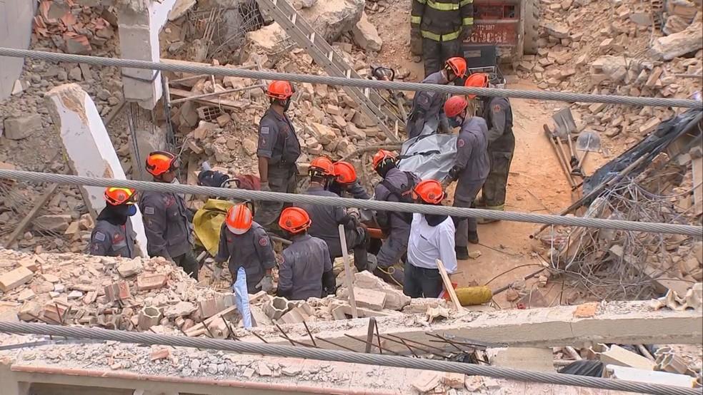 Após quatro horas de trabalho, bombeiros retiraram corpo do trabalhador soterrado em São Roque (Foto: Witter Veloso/TV TEM)