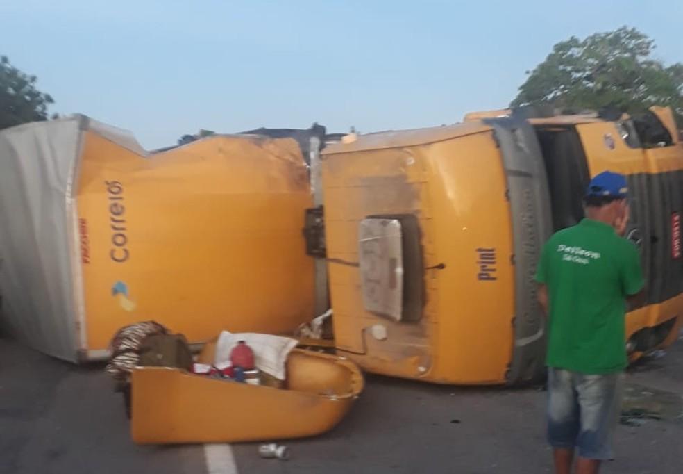 Após a colisão que deixou uma vítima, na BR 116, no Ceará, a carga dos Correios foi saqueada — Foto: Reprodução