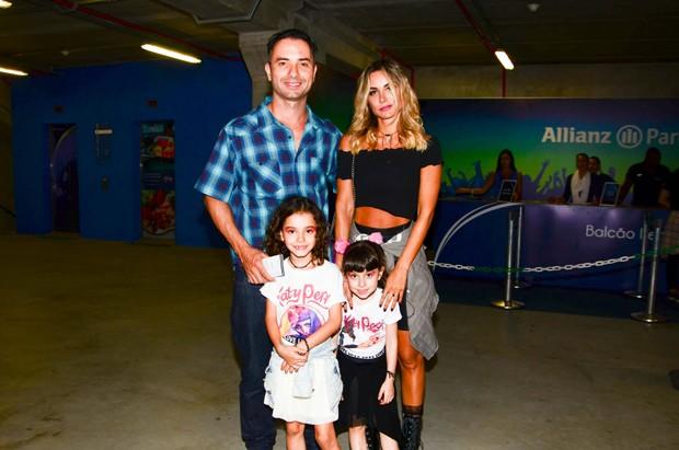 Marco Luque chega ao show da Katy Perry ao lado da família (Foto: Eduardo Martins / AGNEWS)