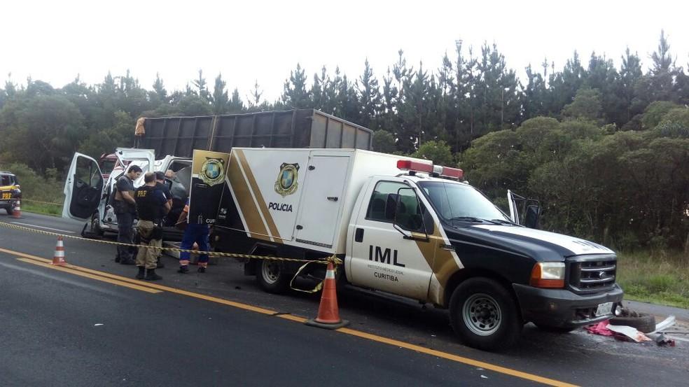 Duas pessoas ficaram feridas na batida, que aconteceu na BR-277 (Foto: Eduardo Andrade/RPC)