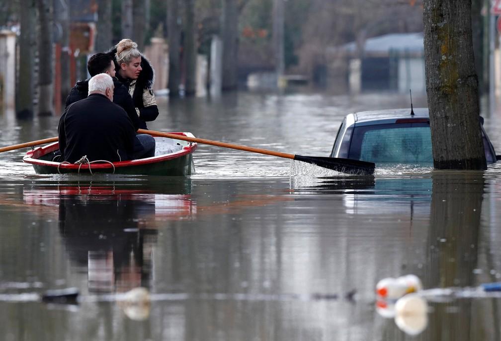 Moradores em região alagada de Villeneuve-Saint-Georges, na região parisiense. (Foto: Christian Hartmann/Reuters)