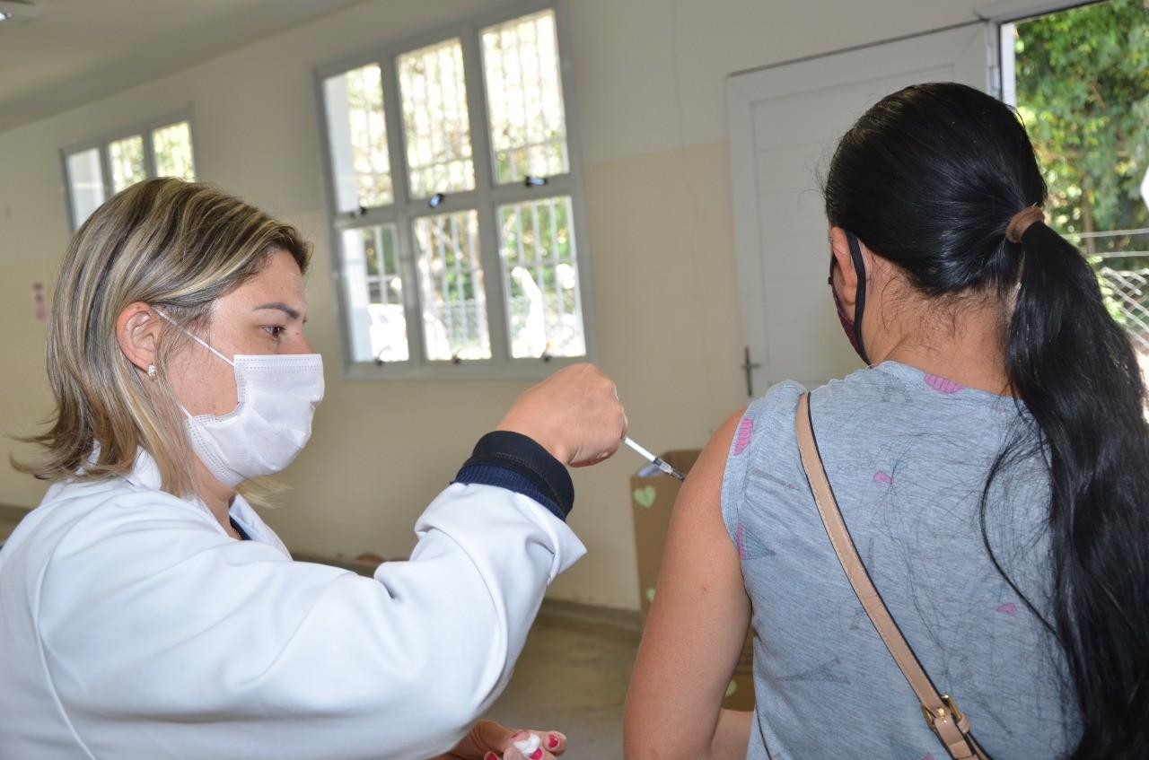 Leme suspende vacinação contra Covid-19 em adolescentes sem comorbidades e deve retomar somente na segunda