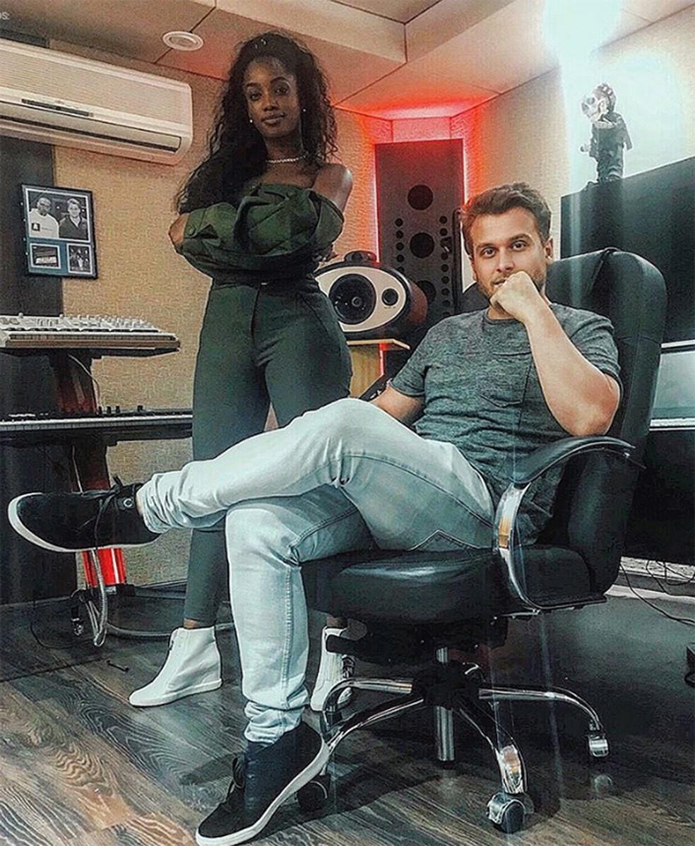 Iza em estúdio com o DJ Bruno Martini, que também gravou com Fiuk — Foto: Reprodução / Instagram Bruno Martini