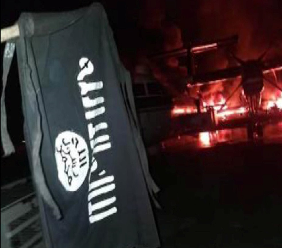 Bandeira do grupo terrorista Al-Shabab na base militar dos EUA no Quênia após ataque — Foto: Al-Shabab/Reuters