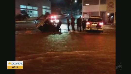 Caminhonete é 'engolida' por cratera em Matão, SP, e casal é resgatado pela PM