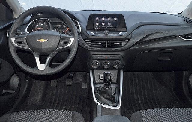 Chevrolet Onix LTZ 1.0 turbo manual: Os acabamentos internos não são sofisticados, mas têm boa qualidade. O apoio de braço para o motorista é um conforto a mais na hora do trânsito (Foto: André Schaun)