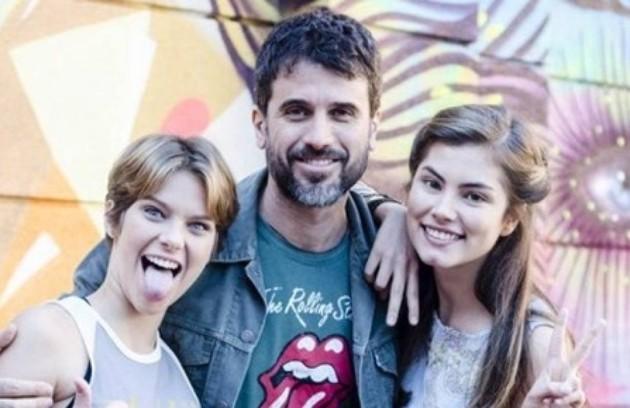 Na trama, Karina e Bianca (Bruna Hamú) eram irmãs, filhas de Gael (Eriberto Leão), dono de uma academia de artes marciais (Foto: Globo)