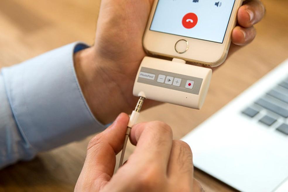 f7ea9923a8c ... PhotoFast Call Recorder é conectado na saíde Lightning do iPhone —  Foto: Divulgação/Indiegogo