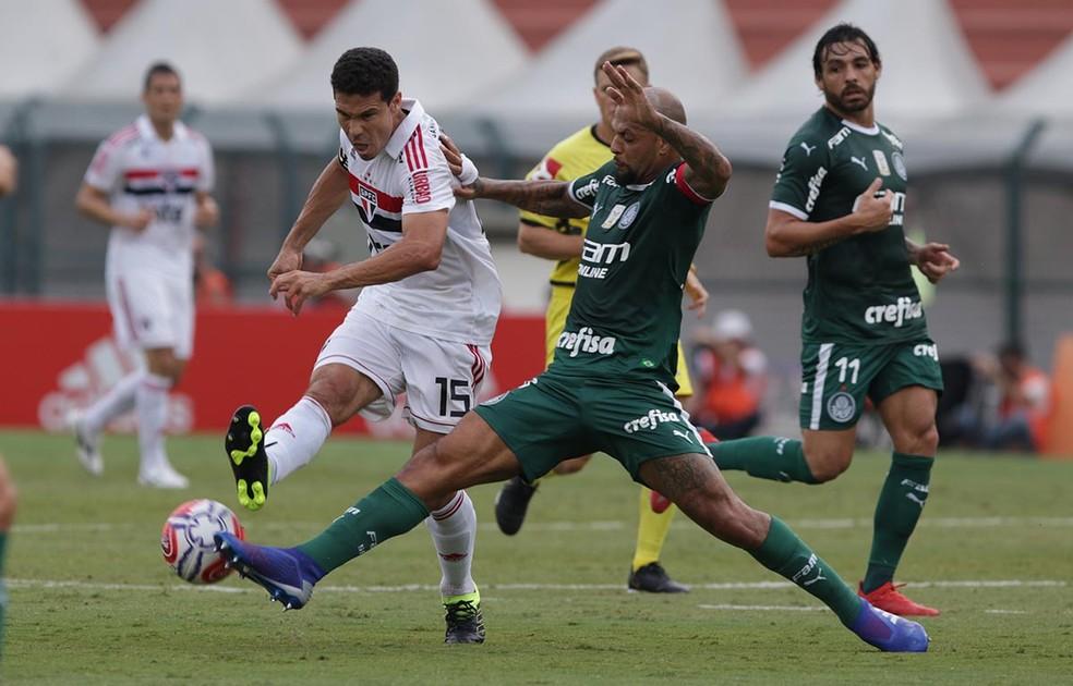 Hernanes tenta passar por Felipe Melo: São Paulo perdeu para todos os rivais no ano — Foto: Rubens Chiri/saopaulofc.net