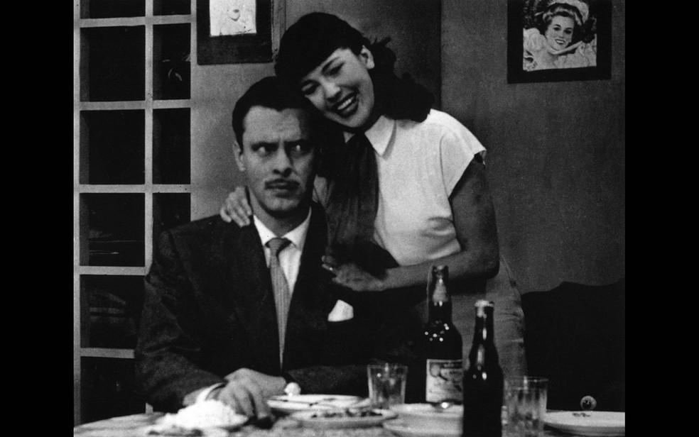 O ator Walter Forster e a atriz Vida Alves em cena de 'Sua Vida me Pertence', novela de 1951 — Foto: Divulgação