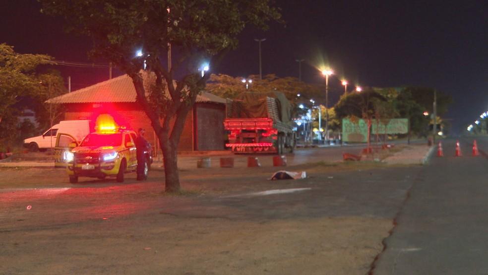 Mulher morreu atropelada na EPNB, no DF — Foto: TV Globo/Reprodução