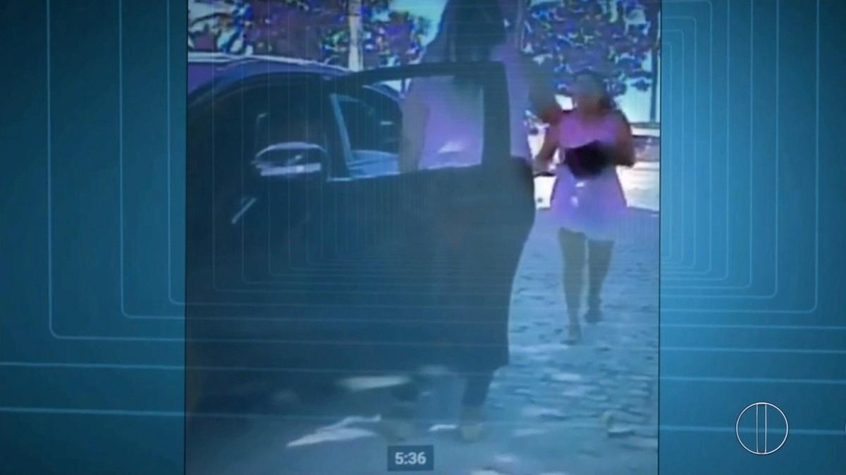 Câmera mostra que empresária morta após briga de trânsito saiu dirigindo depois de ser esfaqueada
