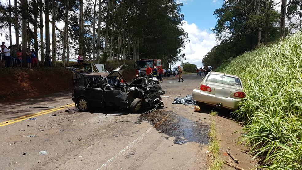 Acidente na PR-317, em Munhoz de Melo, deixou cinco mortos e um ferido — Foto: Robson Jardim/RPC