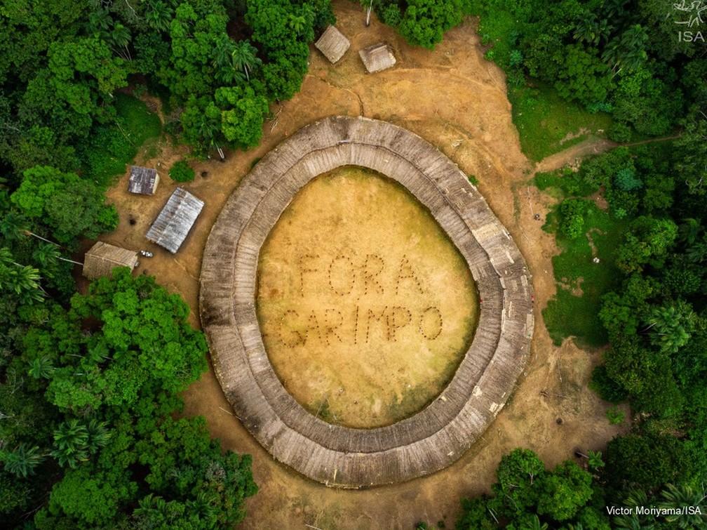 """No encontro, índios se posicionaram para escrever a expressão """"Fora garimpo"""" — Foto: Victor Moryama/ISA/Divulgação"""