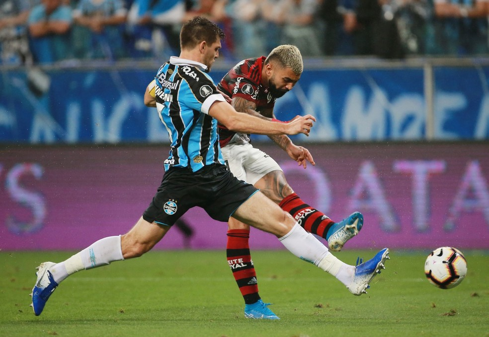 Gabigol não conseguiu marcar (em posição legal) na Arena do Grêmio — Foto: REUTERS/Diego Vara