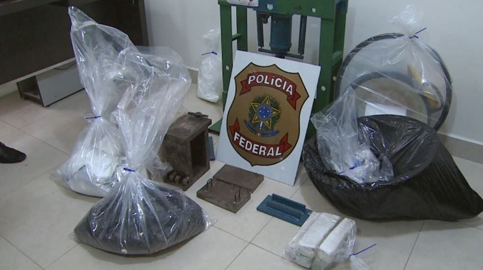 Polícia Federal apreendeu drogas e material para refino na região de Ribeirão Preto, SP — Foto: Reprodução/EPTV