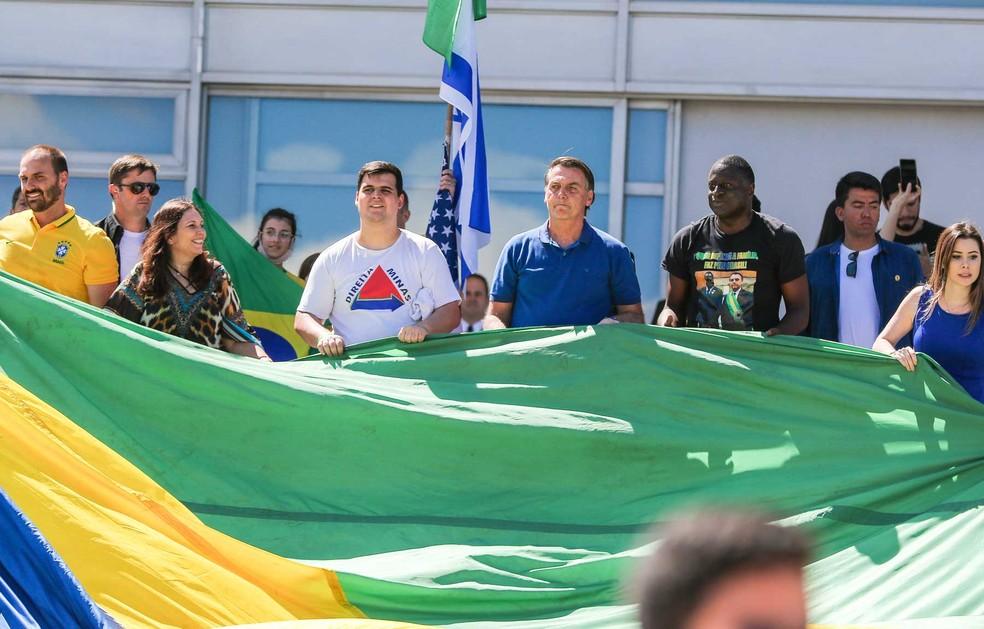 O presidente jair Bolsonaro durante manifestação ao seu favor no Palácio da Alvorada, na cidade de Brasília, DF, neste domingo. — Foto: Wagner Pires/Futura Press/Estadão Conteúdo