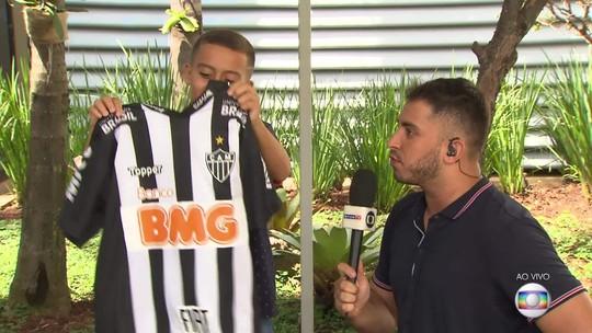 Após choro, pequeno torcedor do Atlético-MG encontra Alerrandro e ganha camisa autografada