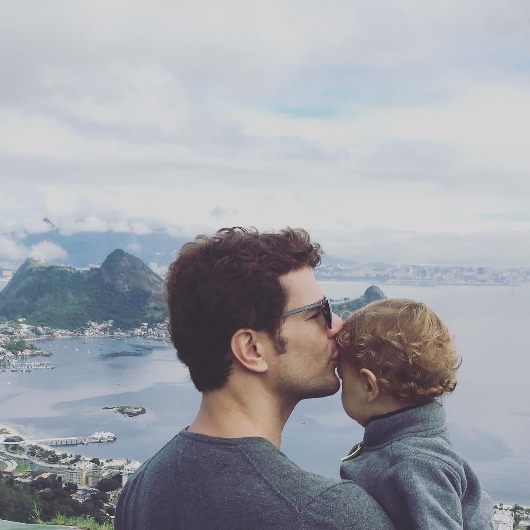 Daniel de Oliveira com o caçula Otto: Imagina como vai ser a adolescência desse cara. Vai ser um futuro muito louco. (Foto: Reprodução/Instagram)