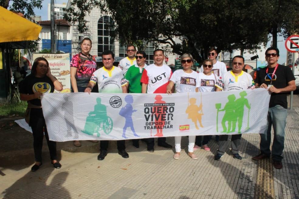 Bancários se reuniram na Praça da Polícia, no Centro — Foto: Eliana Nascimento/G1 AM