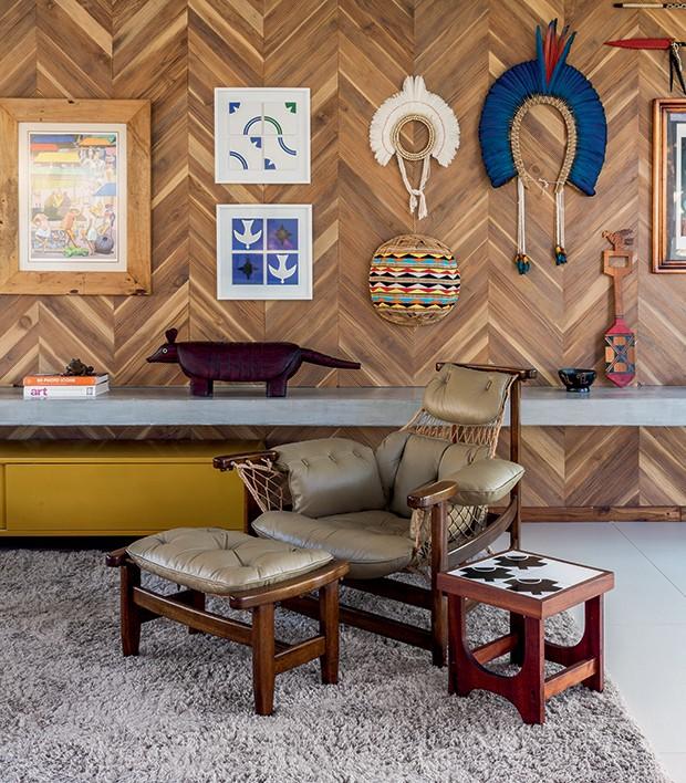 Lifestyle decor - Detalhe do Painel da Oca Brasil  e poltrona Jangada, de Jean Gillon (Foto: Victor Affaro)
