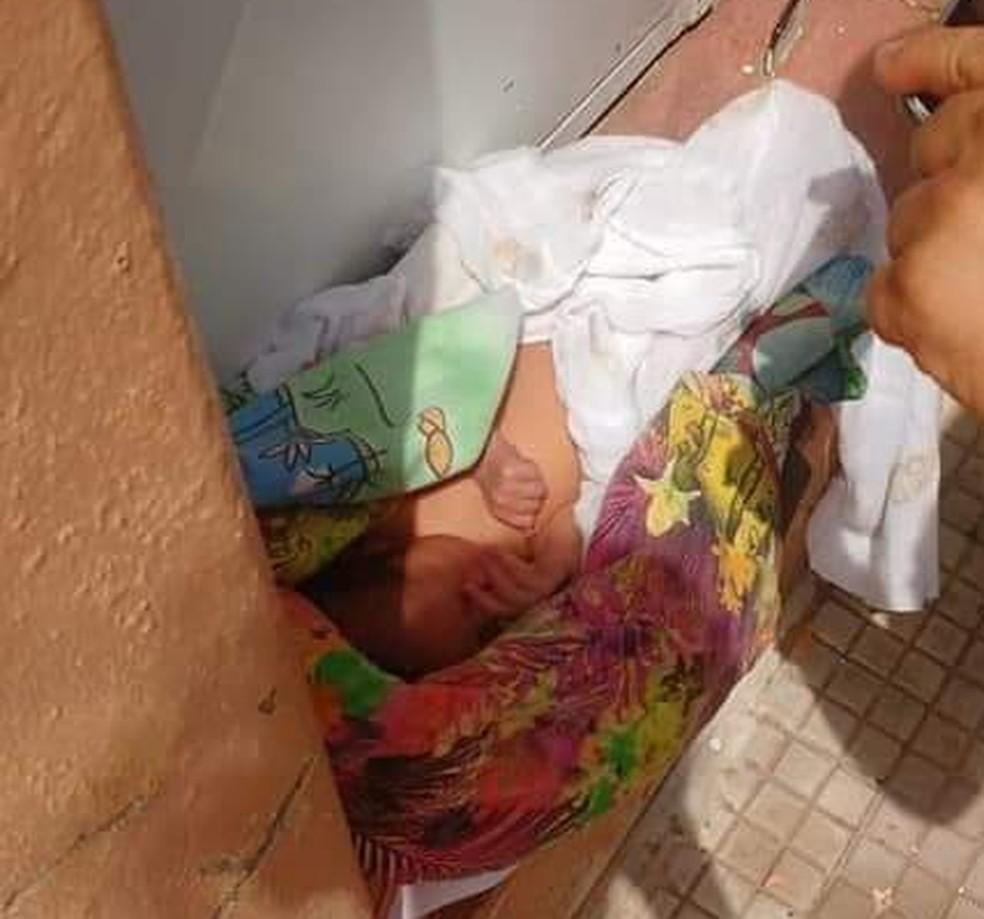 Bebê abandonado em porta de igreja em Barro, no interior do Ceará. — Foto: Arquivo Pessoal